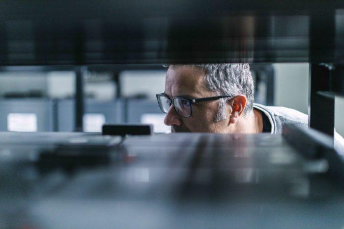 Las arquitecturas híbridas permiten aprovechar la baja latencia del edge computing y combinarlo con el alto rendimiento, seguridad y flexibilidad de un cloud privado.