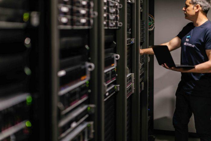 Tener en cuenta sus desafíos de seguridad y aplicar mejores prácticas de ciberseguridad te permitirá diseñar una infraestructura híbrida segura y fiable.